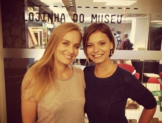 """Angélica posa com Milena Toscano após gravar """"Estrelas"""" (18/4/12)"""