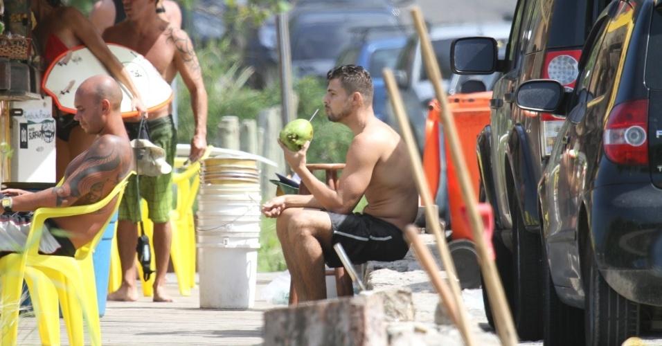 Após surfar, Cauã Reymond curte praia no Rio (18/4/2012)
