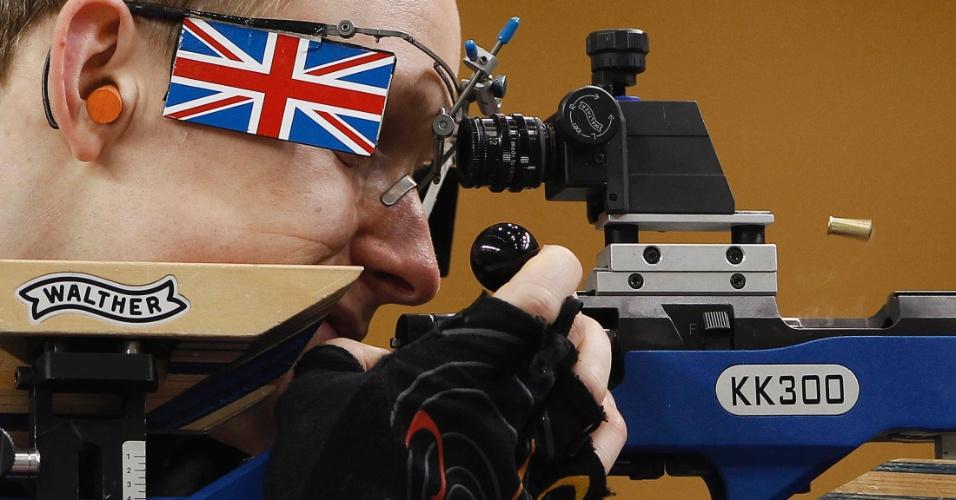Atleta  descarrega seu rifle de ar durante uma sessão de treino antes da Copa do Mundo de Tiro ISSF no local de tiro olímpico em Londres
