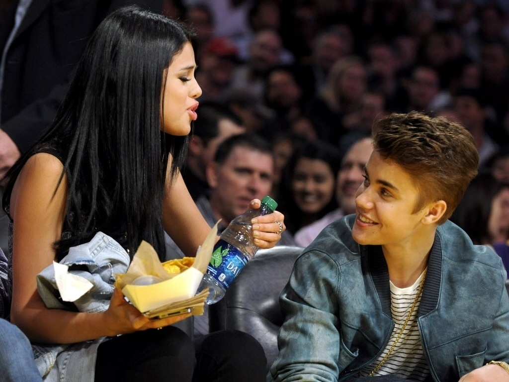 Cantora Selena Gomez traz lanchinho para o namorado Justin Bieber durante derrota em casa do Los Angeles Lakers para o San Antonio Spurs por 112 a 91