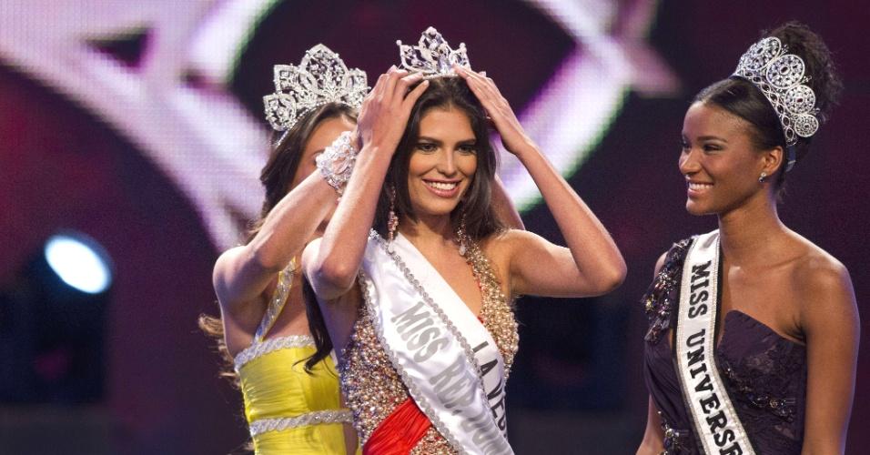 Carlina Duran, 25, sorri ao ser coroada Miss República Dominicana 2012 em Santo Domingo