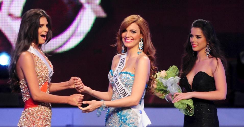 Carlina Duran (esquerda), 25, demonstra surpresa ao saber que venceu o concurso Miss Universo República Dominicana 2012 em Santo Domingo