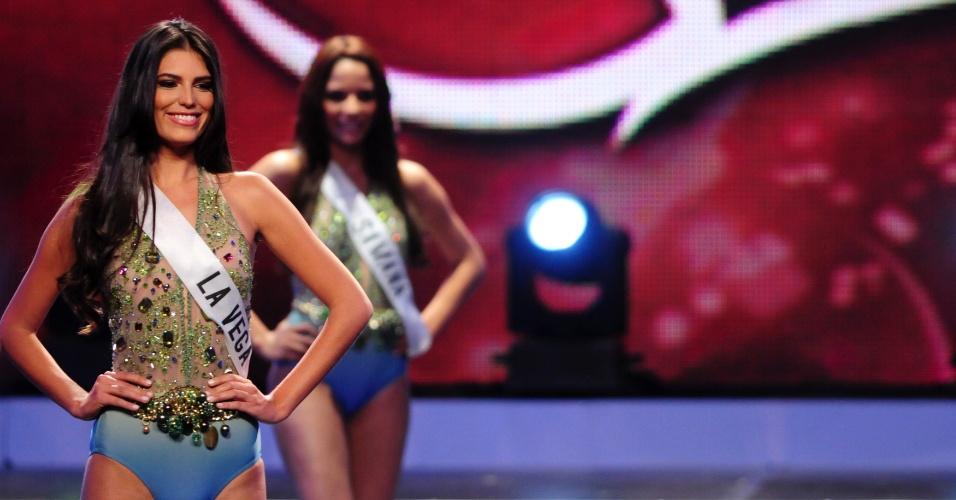 Carlina Duran (esquerda), 25, se apresenta durante o concurso Miss Universo República Dominicana 2012 em Santo Domingo