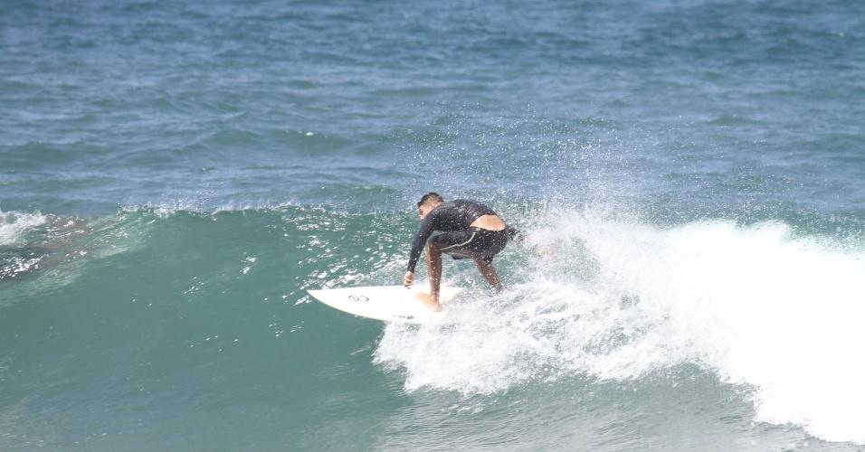 Cauã Reymond surfa na Prainha, praia localizada na zona oeste do Rio (18/4/2012)