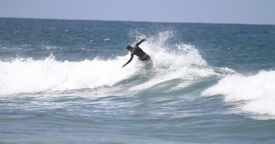 Cauã Reymond surfa na Prainha, praia localizada na zona oeste do Rio (18/4/2012). O ator em breve será pai, ele é casado com Grazi Massafera que espera a primeira filha do casal