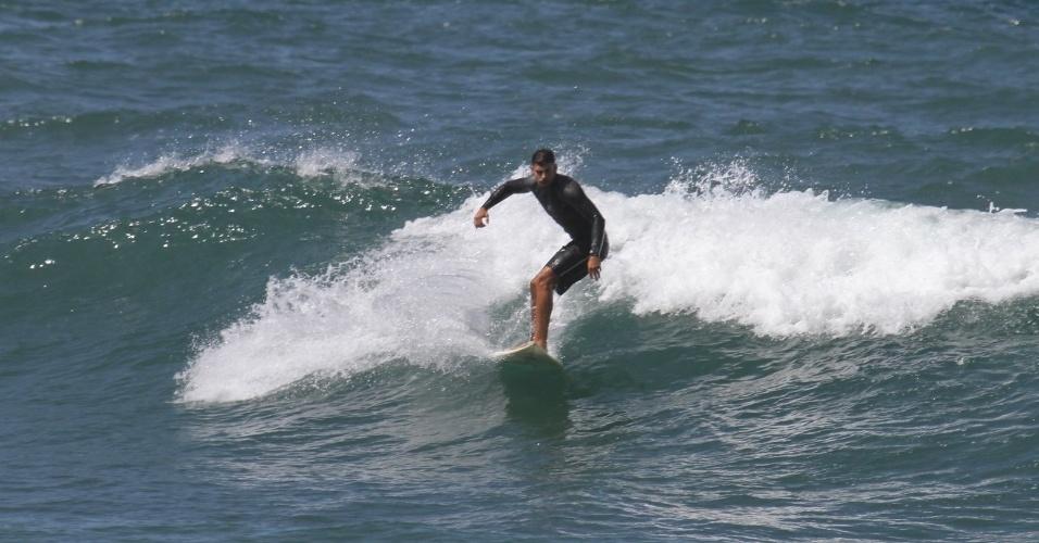 Cauã Reymond surfa na Prainha, praia localizada na zona oeste do Rio (18/4/2012). O ator está no ar em