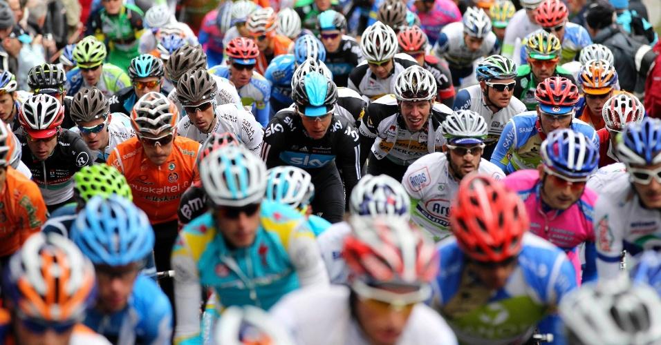 """Ciclistas sobem o monte """"Wall of Huy"""" durante a corrida de ciclismo Fleche Wallonne Classic, em Huy"""