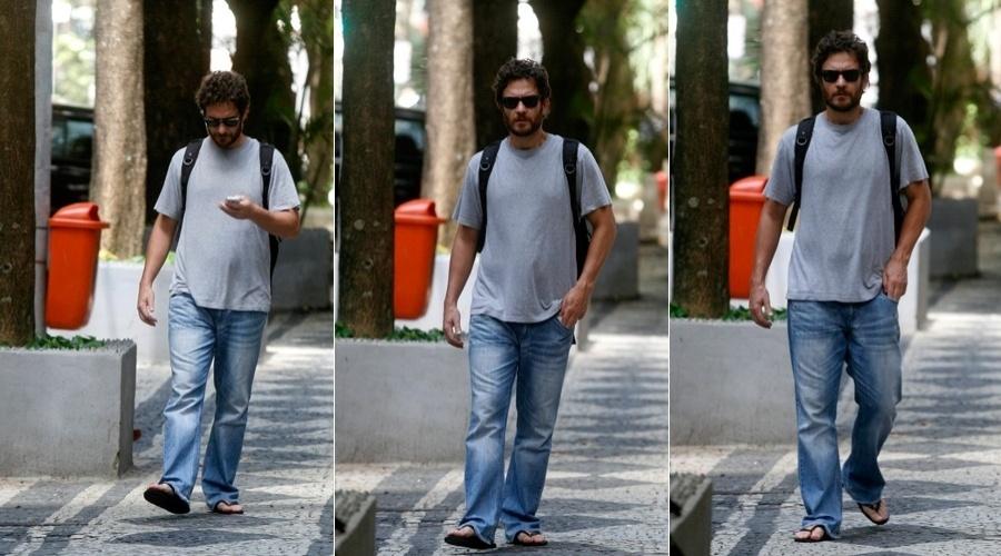 De chinelo de óculos escuros, Gabriel Braga Nunes circula pelo bairro do Leblon, zona sul do Rio (18/4/2012)