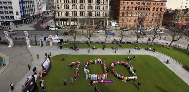 Na capital da Irlanda do Norte, alunos formam o número 100, em comemoração aos 100 dias para a abertura da Olimpíada de Londres