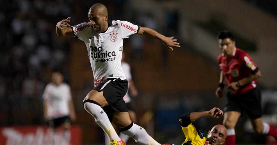 Émerson passa pela marcação na partida entre Corinthians e Deportivo Táchira (18/04/12)