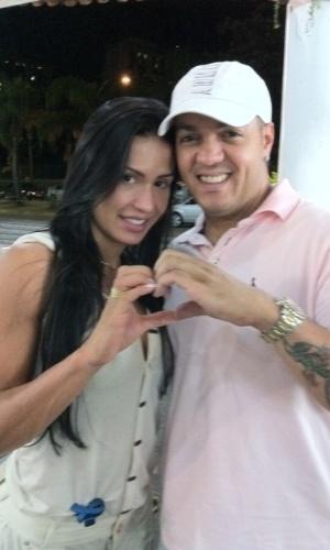 Gracyanne e Belo fazem um coração com as mãos (2011)