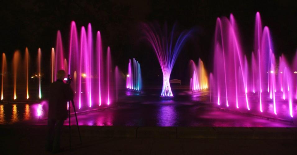 """Homem fotografa a instalação """"Dancing Water"""", parte do festival de iluminação Luminale 2012, em Palmengarten"""