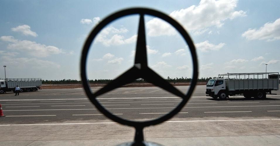 Imagem destaca logo da Mercedes-Benz é visto em caminhão na nova fábrica da montadora alemã em Oragadam, na Índia. Com a abertura de uma nova filial, o grupo Daimler, dono da marca Mercedes-Benz, pretende abrir um novo front na disputa contra seus rivais asiáticos