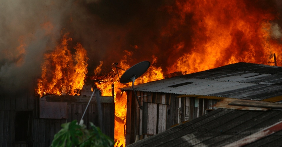 Incêndio atinge barracos do bairro da Matinha, na zona sul de Manaus (AM)