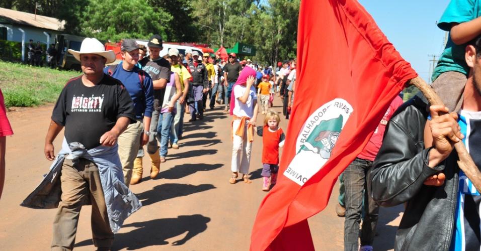 Integrantes do Movimento dos Trabalhadores Rurais sem Terra (MST) deixam área onde funciona o Laboratório Nacional Agropecuário (Lanagro), em Sarandi, no Norte gaúcho. Uma operação policial foi realizada pela manhã e um acordo garantiu a saída pacífica dos cerca de 300 integrantes do MST