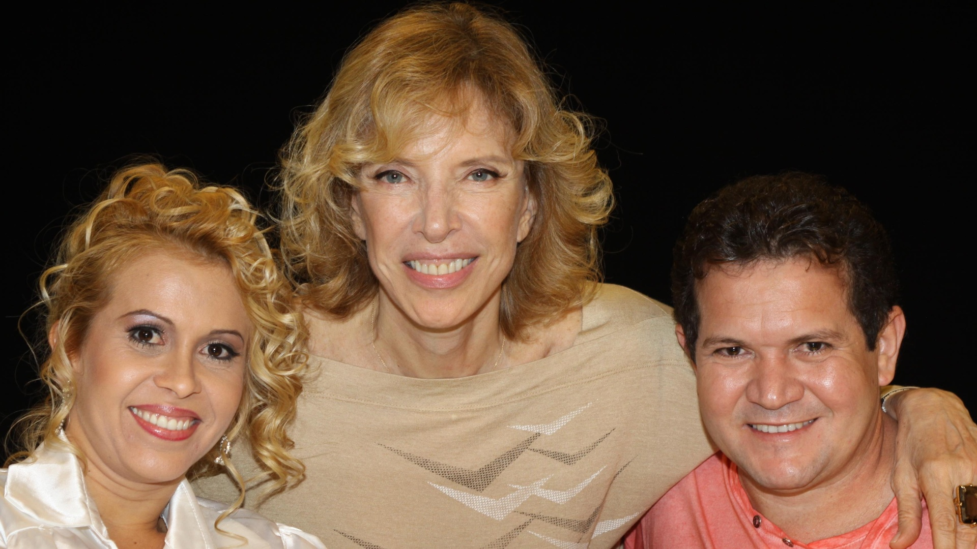 Joelma (esq.) posa para foto com Marília Gabriela (centro) e o marido Chimbinha no