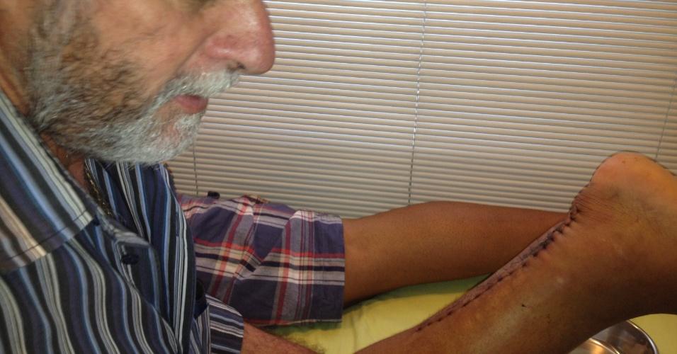 José Luiz Runco, médico do Flamengo, troca o curativo da cirurgia do Imperador Adriano