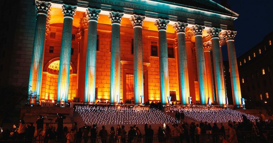 Luzes são acesas do lado de fora da Suprema Corte do Estado de Nova York, nos Estados Unidos, para festa que marca a abertura do Festival de Tribeca