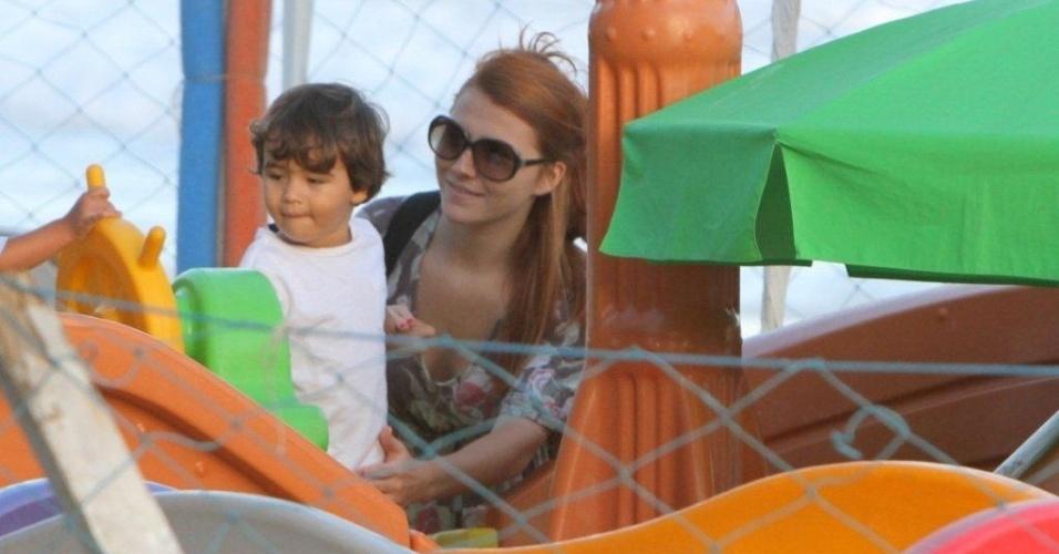 Mariah Rocha brinca com o filho João Pedro em um parquinho improvisado na praia de Ipanema, zona sul do Rio (18/4/2012)