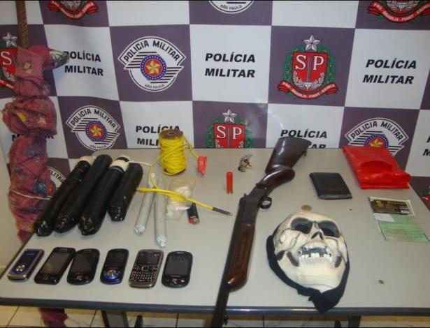 Máscara, drogas e armas são apreendidas pela Polícia Militar