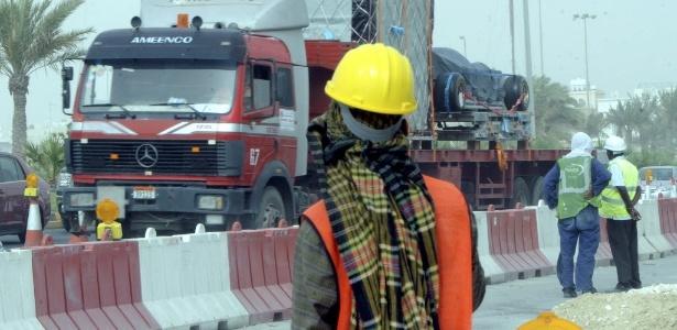Operário bareinita observa chegada de equipamentos da F-1 na capital Manama