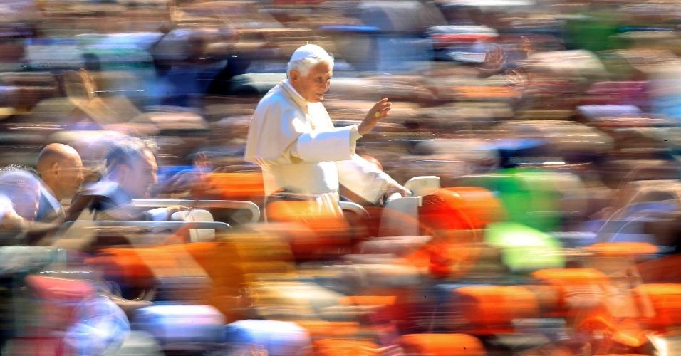 Papa Bento 16 chega a Praça de São Pedro para a audiência geral semanal