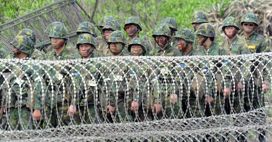 Pelotão de reservistas taiwaneses participam de treinamento militar no condado de Taoyuan, em Taiwan