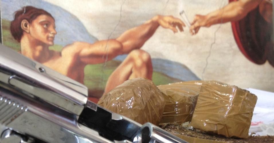 Polícia Civil de Minas Gerais apreendeu em Belo Horizonte  réplica da obra A criação de Adão (ao fundo), do pintor italiano Michelangelo. O quadro modificado pelos traficantes traz uma imagem que retrata Deus segurando um cigarro, que seria de maconha. 12 pessoas foram presas e um adolescente foi apreendido. O grupo é acusado de tráfico de drogas