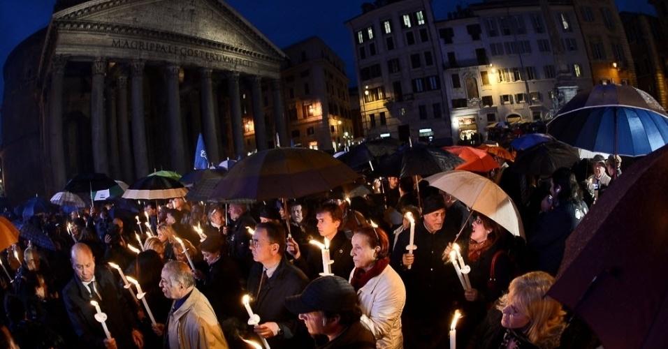 População acende velas na praça do Panteão em protesto contra a crise financeira que tem provocado uma série de suicídios. Cerca de 362 desempregados se mataram em 2010