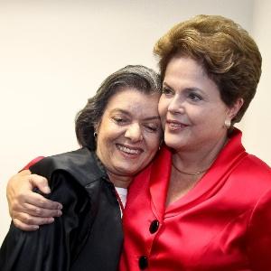 Presidente Dilma Rousseff abraça a ministra Cármen Lúcia, recém-eleita presidente do TSE