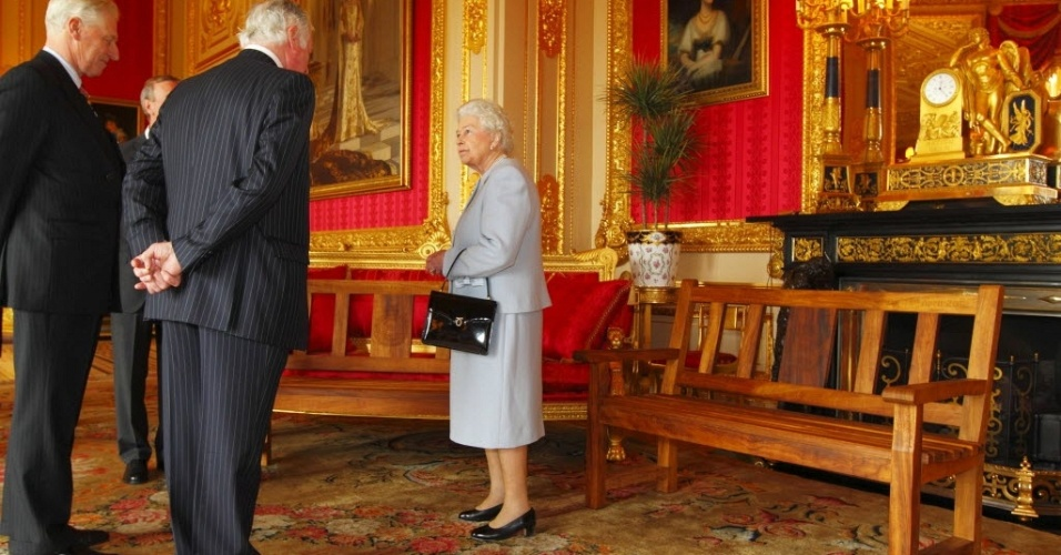 Rainha britânica, Elizabeth II (centro), recebe convidados durante recepção no castelo de Windsor. Em comemoração ao jubileu de diamante da soberana, a Associação dos Engenheiros presenteou a rainha com dois bancos de praça