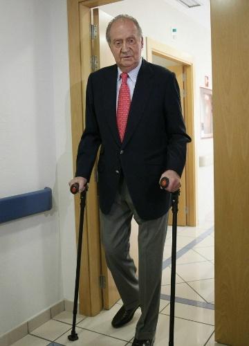 Rei Juan Carlos, da Espanha, deixa o hospital em Madri onde ficou internado após uma queda durante uma caçada a elefantes na África. A repercussão do episódio foi negativa para o rei, já que a Espanha passa por uma crise econômica e Juan Carlos era até então considerado um defensor dos animais