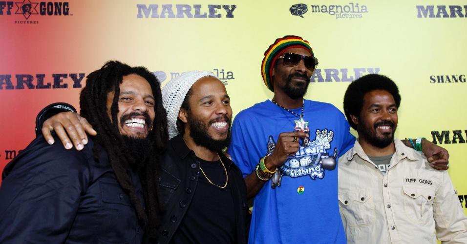 """Rohan Marley, Ziggy Marley, o rapper Snoop Dogg e Robbie Marley prestigiam a pré-estreia do documentário sobre o músico Bob Marley, """"Marley"""" em Hollywood (17/4/12)"""