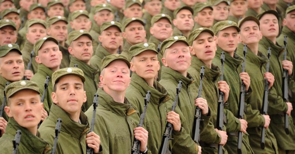 Soldados russos marcham durante um ensaio da Parada do Dia da Vitória em Alabino, em Moscou