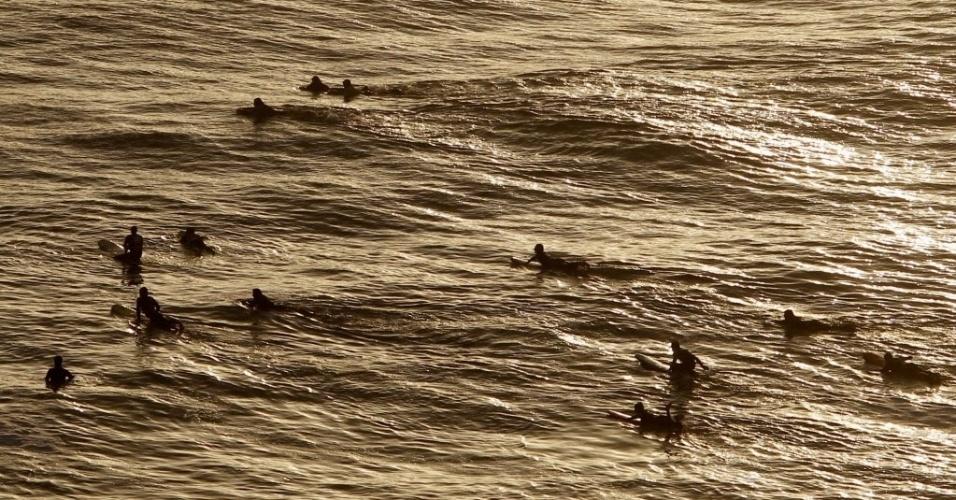 Surfistas pegam onda em praia localizada no distrito Barranco, em Lima (Peru)