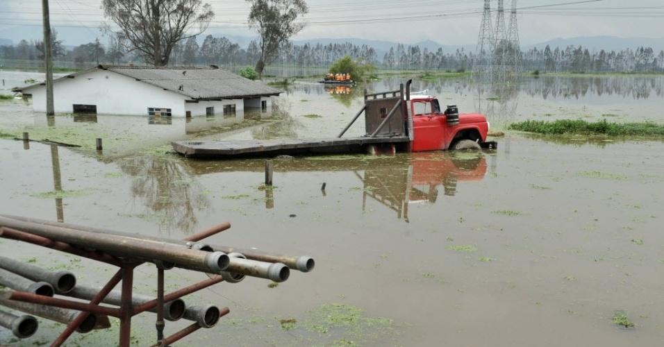 Vias de Cota, periferia de Bogotá (Colômbia) está completamente alagada por conta de forte chuva que atingiu a região. Cerca de 60.000 pessoas estão desabrigadas