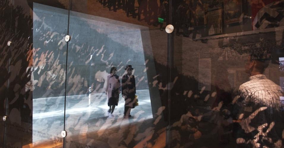 Visitantes passeiam pelo Museu Histórico do Holocausto, em Jerusalém