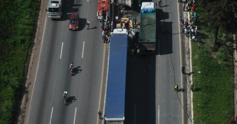 Vista aérea do acidente entre duas carretas e um carro no sentido BH-Vitória do Anel Rodoviário de Belo Horizonte, no km 17, no bairro Caiçara