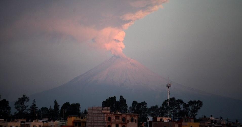 Vulcão Popocatepetl é observado em Puebla, no México. De acordo com o Centro Nacional de Prevenção de Desastres, o vulcão apresentou explosões leves e moderadas