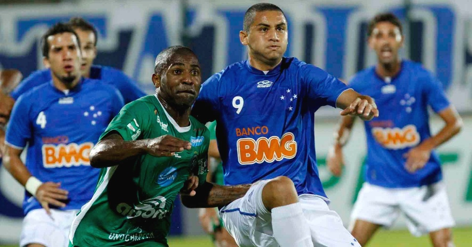 Wellington Paulista disputa a bola durante duelo entre Cruzeiro e Chapecoense (18/4/2012)