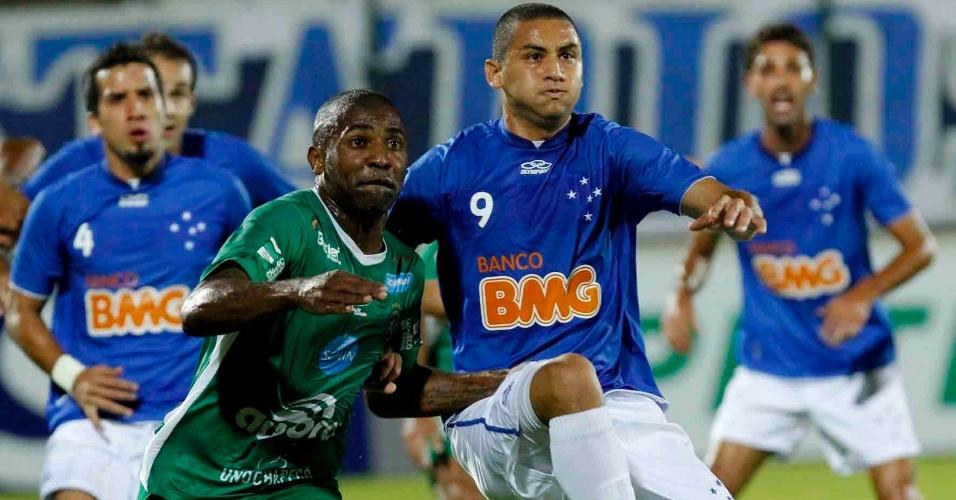 Wellington Paulista, do Cruzeiro, briga por posicionamento com o jogador da Chapecoense