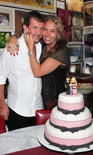 Adriane Galisteu abraça o amigo Dody Sirena, em seu aniversário de 39 anos (18/4/12)