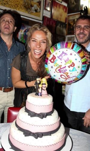 Adriane Galisteu canta parabéns ao lado dos amigos e familiares (18/4/12)