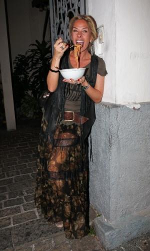 Adriane Galisteu come uma massa no seu aniversário de 39 anos em São Paulo (18/4/12)