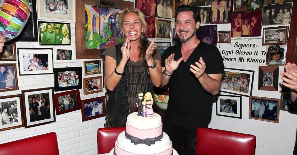 Adriane Galisteu comemorou seu aniversário de 39 anos ao lado do marido, Alexandre Iódice, do filho Vittorio e dos amigos e familiares, em um restaurante na cidade de São Paulo (18/4/12)