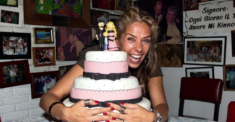 Adriane Galisteu completa 39 anos e comemora ao lado dos amigos e familiares em São Paulo. No bolo detalhe para o topo com ela, o marido, Alexandre Iódice, e o filho, Vittorio (18/4/12)
