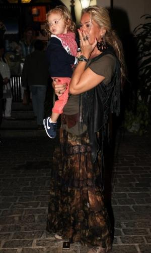 Adriane Galisteu e o filho Vittorio durante comemoração dos seus 39 anos (18/4/12)