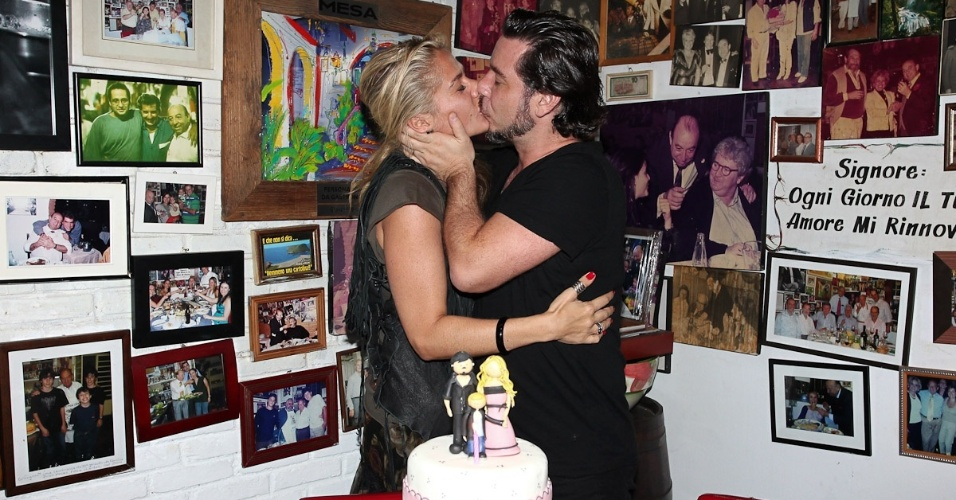 Adriane Galisteu ganha beijo de feliz aniversário do marido, Alexandre Iódice, durante comemoração em São Paulo (18/4/12)