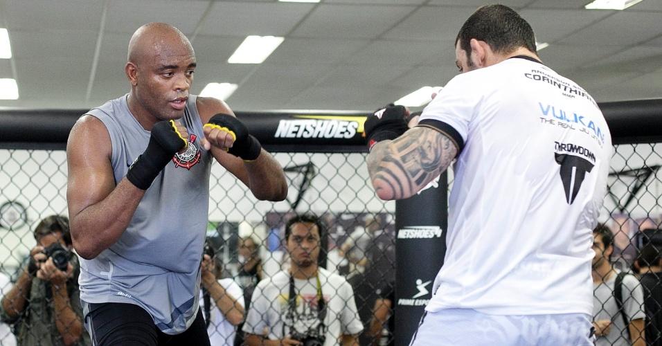 Anderson Silva treina técnicas de luta em pé
