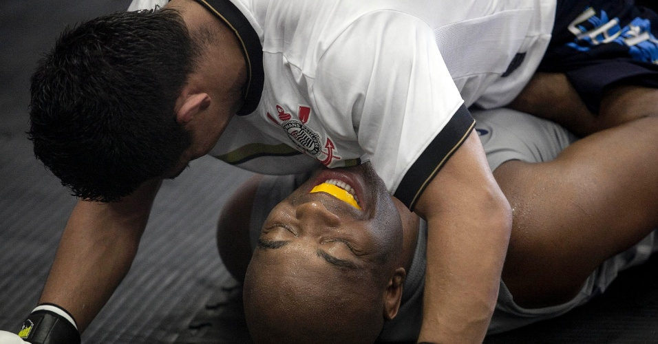 Anderson Silva treina técnicas de luta no solo